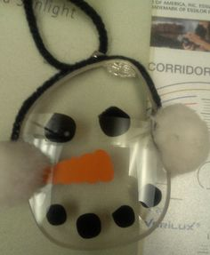 A festive snowman pendant/charm made from eyeglass lenses Christmas 2017, Christmas Snowman, Christmas Crafts, Christmas Ornaments, Cute Snowman, Snowmen, Christmas Yard Decorations, Eyeglass Lenses, Optometry