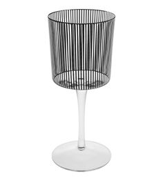 Habitat : Dandy Verre à vin rayures Vaisselle au design Art-Déco, en porcelaine au motif graphique. Des assiettes, un bol, un mug et une tasse à café avec sa soucoupe.