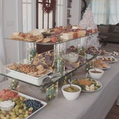 Fun Bagel Buffet for an Easy Brunch Party - New ideas Online Wedding Registry, Online Registry, Food Displays, Easy Entertaining, Buffets, Holiday Parties, Xmas Party Ideas, Christmas Dinner Party Decorations, Brunch Party Decorations