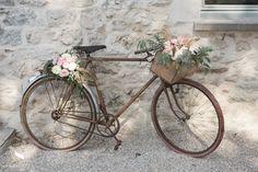 decoración al aire libre para bodas en el campo una bicicleta vintage con flores - ! Bike Wedding, Marquee Wedding, Wedding Stage, Floral Vintage, Vintage Flowers, Bike Decorations, Wedding Decorations, Deco Champetre, Vintage Crockery