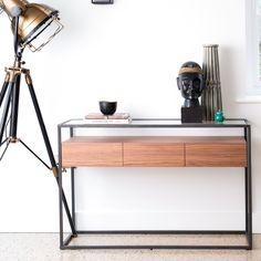 Console d'entrée avec structure en métal et plateau supérieur en verre. Ce meuble console offre 3 tiroirs en bois, situés sous le plateau en verre. Avec son design très moderne, la console TORONTO apportera une touche contemporaine à votre décoration d'intérieur. La console est un meuble pratique pour y poser vos objets dans une entrée, ou bien un salon. Largeur : 120 cm - profondeur 40 cm. Découvrez toute la collection TORONTO chez Pier Import pour une déco moderne. Pier Import, Structure Metal, Design Moderne, Toronto, Console Table, Desk, Lighting, Furniture, Home Decor