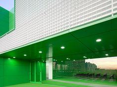 Feuerverzinkte und beschichtete Gitterrostfassade des Sozial-Zentrums in Móstoles #Fassade #Feuerverzinken #Stahl #Metall