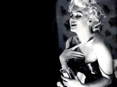 10 Vintage Chanel No. 5 Ads You NEED to see - Marilyn Monroe Chanel No. 5 perfume ad, 1954 * Know my worth just as much as Marylin Monroe knew hers! Marylin Monroe, Fotos Marilyn Monroe, Brigitte Bardot, Coco Chanel, Chanel Black, Chanel 19, Chanel Watch, Chanel Makeup, Chanel Paris