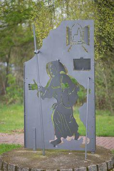 #Trappenkamp Wie durch ein Tor schreitet ein stählerner Mönch mit seinem Wanderstab und markiert damit eine Station des rund 1000 km langen Fernwanderweges für Radfahrer, dem Mönchsweg, der auch quer durch Schleswig-Holstein führt.