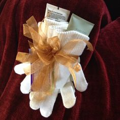 Holiday gift idea: Satin Hands Hand Cream and Mint Bliss Duo in 2 pairs of gloves. #marykay