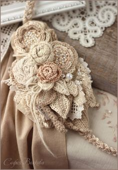idee fiore all'uncinetto in pizzo shabby chic ; Cloth Flowers, Lace Flowers, Crochet Flowers, Crochet Lace, Fabric Flowers, Wedding Flowers, Shabby Chic Flowers, Shabby Chic Fabric, Crochet Brooch