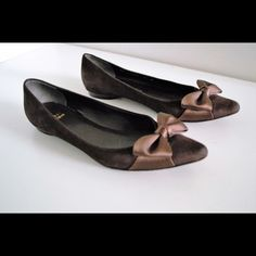 Stuart Weitzman flats! Beautiful Stuart Weitzman pointy toe flats with bow. Size 6 1/2. Made in Spain. Leather upper & soles. #01566. Brown color. Wear to soles & tiny scratch to right toe (pic). still in excellent and beautiful condition! Stuart Weitzman Shoes Flats & Loafers
