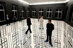 Optical Illusions  Focus sur Regina Silveira, une artiste brésilienne renommée qui s'amuse à jouer avec les visiteurs et spectateurs pour créer des illusions. Avec entre autres des créations grandeur nature et des choix esthétiques très réussis à découvrir à Lodz en Pologne. Le rendu se dévoile dans la suite de l'article..