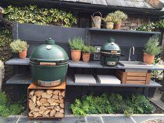 Outside kitchen by WWOO - Gartenküche - Outdoor Kitchen Ideas Big Green Egg Outdoor Kitchen, Outdoor Kitchen Bars, Outdoor Kitchen Design, Outdoor Kitchens, Outdoor Grill Station, Outdoor Cooking Area, Outdoor Fire, Outdoor Dining, Outdoor Decor
