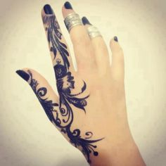 pretty hand tattoo <3  I think this is amazing.  I always wanted a tattoo like this…only I want it starting on the baby finger!