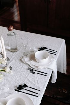 All-white dinner party on A Daily Something. Simple and modern dinner gathering. Tips and tricks for hosting a dinner party. White Table Settings, Cozy Meals, Autumn Cozy, Delta Faucets, Festival Decorations, Modern Table, Places To Eat, A Table, Tablescapes