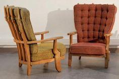GUILLERME ET CHAMBRON Paire de fauteuils de salon à structure en chêne m