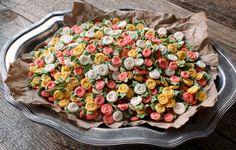 Flores de açúcar para enfeitar cupcakes • Cupcakes, bolinhos e outras delícias