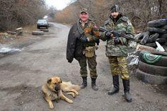"""ΤΟ ΚΟΥΤΣΑΒΑΚΙ: Αυτοί προστατεύουν την Donbass Ο Φωτορεπόρτερ του «Komsomolskaya Pravda» Victor Χουσεϊνόφ άνοιξε φωτογραφικό στούντιο για να φτιάξει ένα Άλμπουμ και να τοποθετήσει τα πορτρέτα των παραστρατιωτικών ομάδων που αγωνίζονται για τη Νέα Ρωσία.  Για να καταφέρει το εγχείρημα αυτό, ο ανταποκριτής του """"KP"""" ονόμασε το Άλμπουμ του κινητού Στούντιο """"Νεαρή κοπέλα"""" και πήγε στο πρώτο διαθέσιμο σημείο ελέγχου, εκεί βρήκε του"""