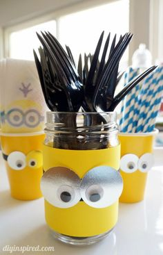 Super simple DIY Minions Party Ideas including a tutorial for pillow party favors and more with Bounty Minion Prints. Minion Birthday, Boy Birthday, Birthday Ideas, 3rd Birthday Parties, Birthday Party Decorations, Minion Craft, Despicable Me Party, Minion Party Theme, Creations