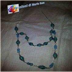 Realizzata con perle di carta da parati e perline di una vecchia collana a due fili
