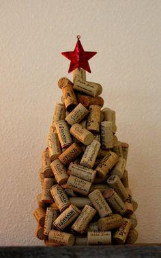 WEIN-KORKEN-RECYCLING, UPCYCLED WEIHNACHTSBAUM ***  Dieser Wein-Cork-Weihnachtsbaum ist mit sortierten Wein Korken aus, alle wurden recycelt und Upcycled in diesem schönen Weihnachtsbaum. Eine perfekte Weihnachtsbaum für jede Tischplatte. Jede Kork ist Hand auf Styropor geklebt. Ein roter Glitter 3 D Weihnachtsstern schmückt diesen Baum.  Der Baum ist hoch x 8 Zoll breit an der Basis 15 Zoll  VIELEN DANK FÜR DEN EINKAUF MEIN STORE ***