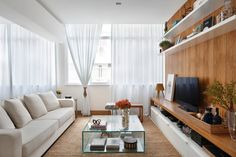 01-apartamento-de-90-m2-no-rio-de-janeiro-aposta-no-branco-e-na-madeira