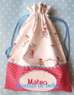 El pequeño Mateo ya tiene su bolsa de merienda personalizada. Este pequeño pirata. Sewing Crafts, Sewing Projects, Library Bag, String Bag, Fabric Bags, Quilted Bag, Kids Bags, Goodie Bags, Fun Projects