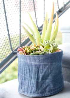 Do you have old jeans that are no longer in use? Turn them into a flower pot cover. Discover how to create a chic cover with our fun tutorial. Denim Rug, Denim Skirt, Picnic Quilt, Recycle Jeans, Diy Jeans, Diy Shorts, Denim Flowers, Pineapple Crochet, Denim Crafts