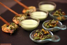 Amuse-bouches de tussilage, crème d'ail des ours et crevette