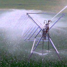 Un diseño de carta de pivot normalmente comienza con los packs de aspersión de más baja presión y se va ascendiendo en opciones y presiones hasta seleccionar el pack más adecuado. Los emisores de baja presión habitualmente generan unos tamaños de gota grande, menos evaporación, menos dispersión por viento y menos costes energéticos. Water Irrigation System, Centrifugal Pump, Sprinklers, Case Ih, Gota, Farming, Wind Turbine, Grande, Couple