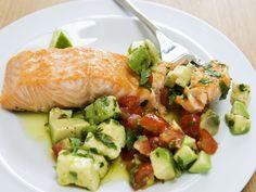 Lachs mit Avocado-Tomaten-Salsa - smarter - Zeit: 20 Min. | eatsmarter.de Auch Lachs passt gut zu Avocado.
