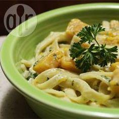 Een heerlijk pastagerecht met de perfecte combinatie van smaken en structuren. Geroosterde pompoen gemengd met kalkoenworstjes, salie en pasta. Je kunt ook varkensworstjes gebruiken.
