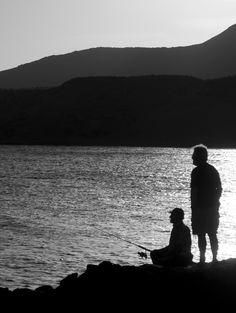 https://flic.kr/p/yzZjie | Pescadores | Dos hombres pescando, mientras el sol cae en la Isleta del Moro, Almería.