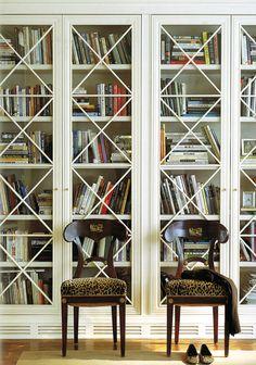 Vitrína - drevená aj presklená, do obývačky aj jedálne - Bývanie je hra Library Bookshelves, Glass Bookshelves, Bookshelf Design, White Bookshelves, Glass Door Bookcase, Bookshelf Decorating, Floating Bookshelves, Billy Bookcases, Bookcase Wall