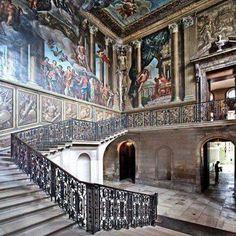 Imagem contemporânea do interior do Palácio de Hampton Court <3   Local onde viveu Henrique VIII, este é um dos Palácios mais famosos do período Tudor. Todas as esposas de Henrique frequentaram o local.  Temos um artigo com ricos detalhes sobre a história desse belo Palácio. Saiba mais em: https://tudorbrasil.wordpress.com/2013/02/05/palacio-de-hampton-court-parte-i-historia/
