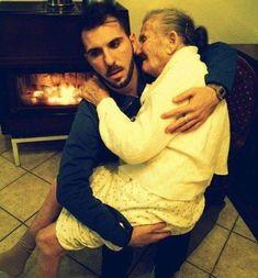 Van, amikor egy kép többet mond ezer szónál. Az olasz férfi megható fotójával azt szerette volna közölni a világgal, hogy szeretteink mellett tűzön-vízen át ki kell tartani. Giancarlo Murisciano szüleit még gyermekkorában elvesztette, így a nagymamája volt az, aki felnevelte. A férfi most visszaadja azt a szeretet, mellyel a már 87 éves nagyija az évek során elhalmozta, és szinte egy percre sem mozdul el az Alzheimer-kórban szenvedő rokona mellől. Újév napján Murisciano egy megható képet… Alzheimer Frases, Italian Men, Family Values, Pro Life, Alzheimers, Good People, Amazing People, True Love, In This Moment