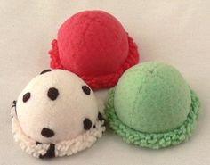 アイスクリームキットのボールアイスを作りました。 手前左 RN-24(乳白色)でベースを作りRN-36(ビターチョコ)を小さく丸く切って縫い付けました。...