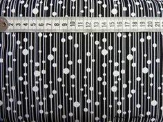 Masser af striber på Patchworkstof sort bund - er et super flot sort patchworkstof med masser af hvide striber mm