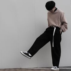 Here's a great example of all my favourite garms in one outfit. The classic poloneck, the oversize sweater, baggy trousers and canvas belt. Perfect street styling for boys and girls. Mode Outfits, Fashion Outfits, Fashion Trends, Look Fashion, Urban Fashion, Looks Pinterest, Der Gentleman, Baggy Clothes, Korean Fashion Men
