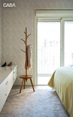 No quarto, a parede ganhou revestimento de papel de parede (Orlean). O cabideiro Galho (Fernando Jaeger Atelier) oferece, além dos suportes, uma base para apoiar pequenos objetos.