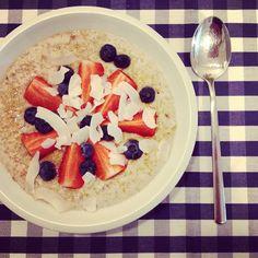 Snídaně šampionů - ovesná kaše Lunch Recipes, Healthy Recipes, Snacks, Health Diet, Oatmeal, Brunch, Fitness, Yummy Food, Food And Drink