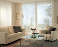 Coloca persianas o cortinas en colores claros para favorecer la entrada de luz natural en tu hogar.