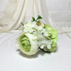 アーティフィシャルフラワーを使ったコサージュです。アジサイ・ボタン・バラなどを使いました。グリーンがお花のかわいらしさを引き立てます。髪飾りとしても、コサージュとしてもお使いいただけるクリップピンを取り付けております。結婚式・入学式などの華やかなシーンはもちろん、浴衣や帽子のワンポイントとしてもご活用ください。●カラー:ホワイト・黄緑●サイズ:直径10cm 高さ5cm●素材:アーティフィシャルフラワー●注意事項・接着には万全の注意を払っておりますが、落としたり引っ張ったりするとモチーフが外れる恐れがあります・柄の出方やモチーフのサイズには多少の違いが生じますが、ご了承ください●作家名:plumeかわいい/おしゃれ/卒業式/パーティー/アートフラワー/やさしい風合い/造花/ブローチ/ファッション小物上品さ/披露宴/二次会/大ぶりサイズ/華やかな場所/胸元/飾り/髪飾り/ヘアクリップ/ヘア小物/お花/ドレス/スーツ/ヘアクリップ2wayアクセサリー/エレガント/成人式/着物/浴衣/和装【配送】ゆうパック(保証・追跡サービスあり)レターパック(保証なし・追跡サービスあり)定形外郵便物…