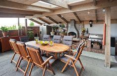 uma mesa com cadeiras de jardim
