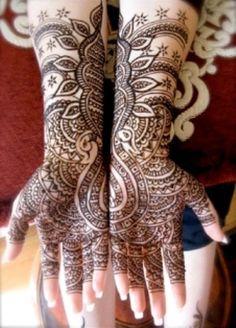 28-Tatuagem de henna na Índia, normalmente utilizada em noivas e convidadas de casamentos.