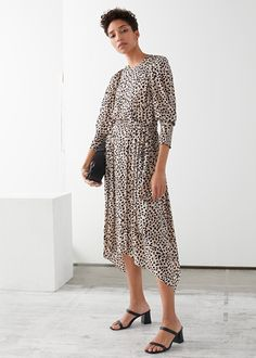 #affiliate Puff Sleeve Midi Dress Printed crepe midi dress with voluminous puff sleeves, an asymmetric hemline and a knotted self-tie belt at the back. Pleated skirt Smocked cuff inserts Hidden back zipper Stylish Dresses, Casual Dresses, Midi Dresses, Dressing, 2020 Fashion Trends, Fashion Story, Fall Trends, Curvy Fashion, Pleated Skirt