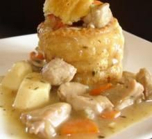 Recipe - Queen's bites with sweetbread and dumplings Vol Au Vent, French Food, Sweet Bread, Dumplings, Pesto, Potato Salad, Macaroni And Cheese, Chicken Recipes, Brunch