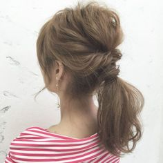 最近よく見るアレンジテクニック「ゴム隠し」。今回はピン不要の「超簡単ゴム隠しのやり方」を徹底解説いたします。基本編から応用編までとにかく簡単なものばかり厳選いたしました。 Short Hair Updo, Wavy Hair, Short Hair Styles, Easy Hairstyles, Girl Hairstyles, Wedding Hairstyles, Hair Arrange, Hair Setting, Hair Designs