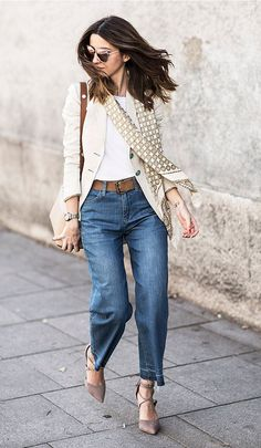 Street style look com blazer bege, lenço e calça jeans.