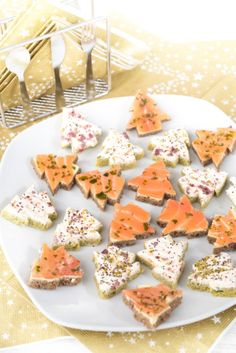 Salmon and cream cheese open mini-sandwiches shaped like Christmas trees Canned Salmon Cakes, Canned Salmon Patties, Healthy Salmon Cakes, Southern Salmon Patties, Salmon Patties Recipe, Salmon Recipe Pan, Seared Salmon Recipes, Easy Salmon Recipes, Clean Eating Salmon