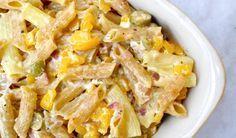 Μια πολύ απλή συνταγή για ένα υπέροχο, πεντανόστιμο κρεμώδες ζυμαρικό στο φούρνο. Πένες με φέτα, πιπεριές , μυρωδικά και φέτες για να τις απολαύσετε σκέτες