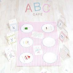 ABC Café File Folder Game: nice game to learn letters. (te vertalen naar Nederlands, maar heel leuk en educatief!)