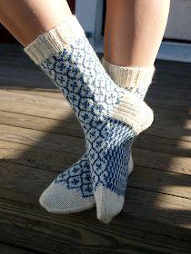 KARDEMUMMAN TALO: Sinivalkoinen sukkapari Cool Socks, Awesome Socks, Good Find, Provence, Mittens, Ravelry, Knit Crochet, Slippers, Legs