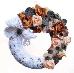 csipkes-szarazvirag-koszoru 4th Of July Wreath, Burlap Wreath, Halloween, Crafts, Holidays, Home Decor, Creative, Manualidades, Holidays Events